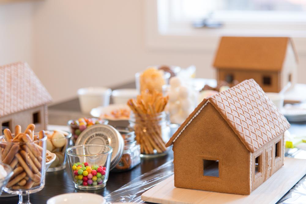 プレーンのジンジャーブレッドハウスとデコレーション用お菓子です。