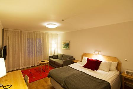 スウェーデンのホテル、シンプル中にアクセントの効いた北欧インテリアです。