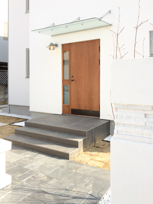 北欧モダン・スウェーデンの家の木製断熱玄関ドア