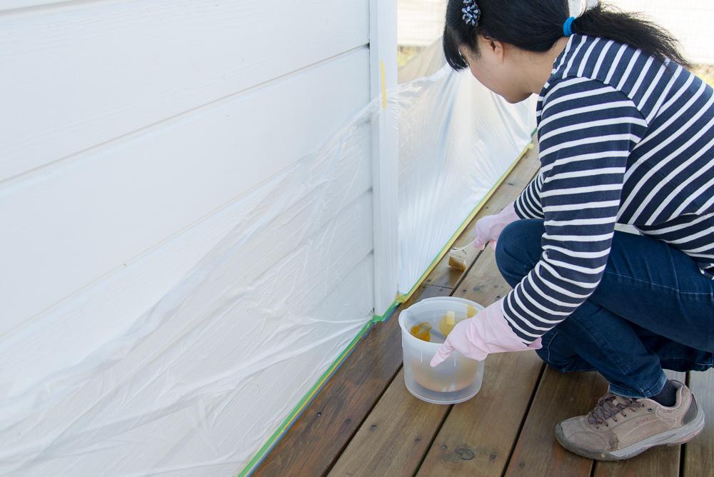 続いて、奥様もウッドデッキDIY塗装に挑戦