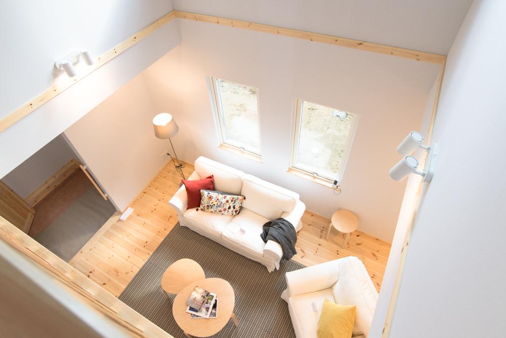 北欧輸入住宅「スウェーデンの家」完成見学会、吹き抜けから見たリビングルームのインテリア