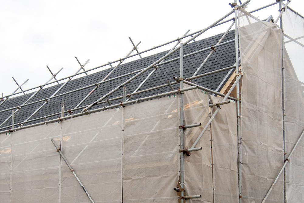 大屋根デザインの輸入住宅の屋根工事も進んでいます!