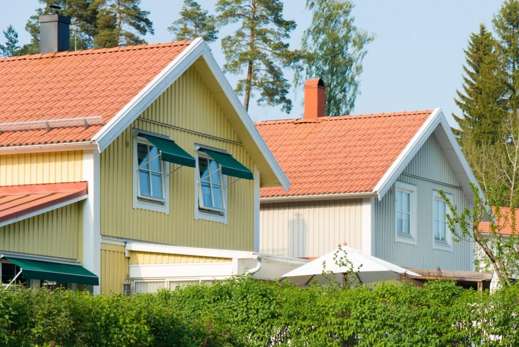 北欧の新築では、ホワイトの木製三層ガラス窓が定番です。